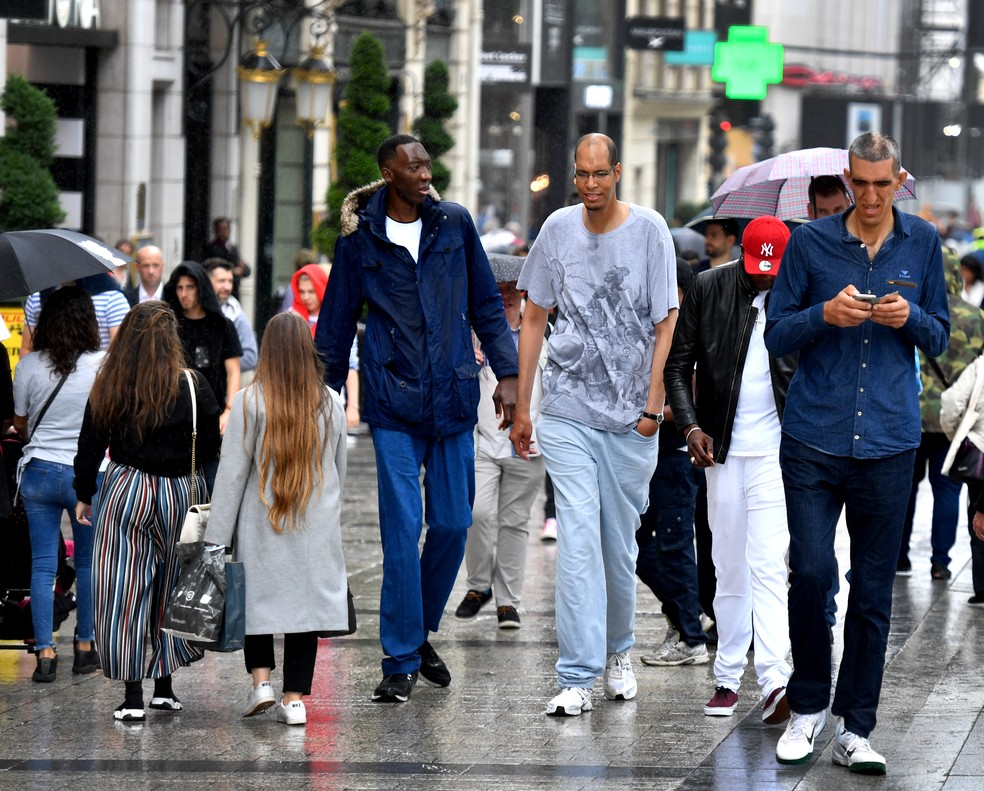 Homens mais altos do mundo dizem que é confortável estar com semelhantes (Foto: Gerard Julien/AFP)