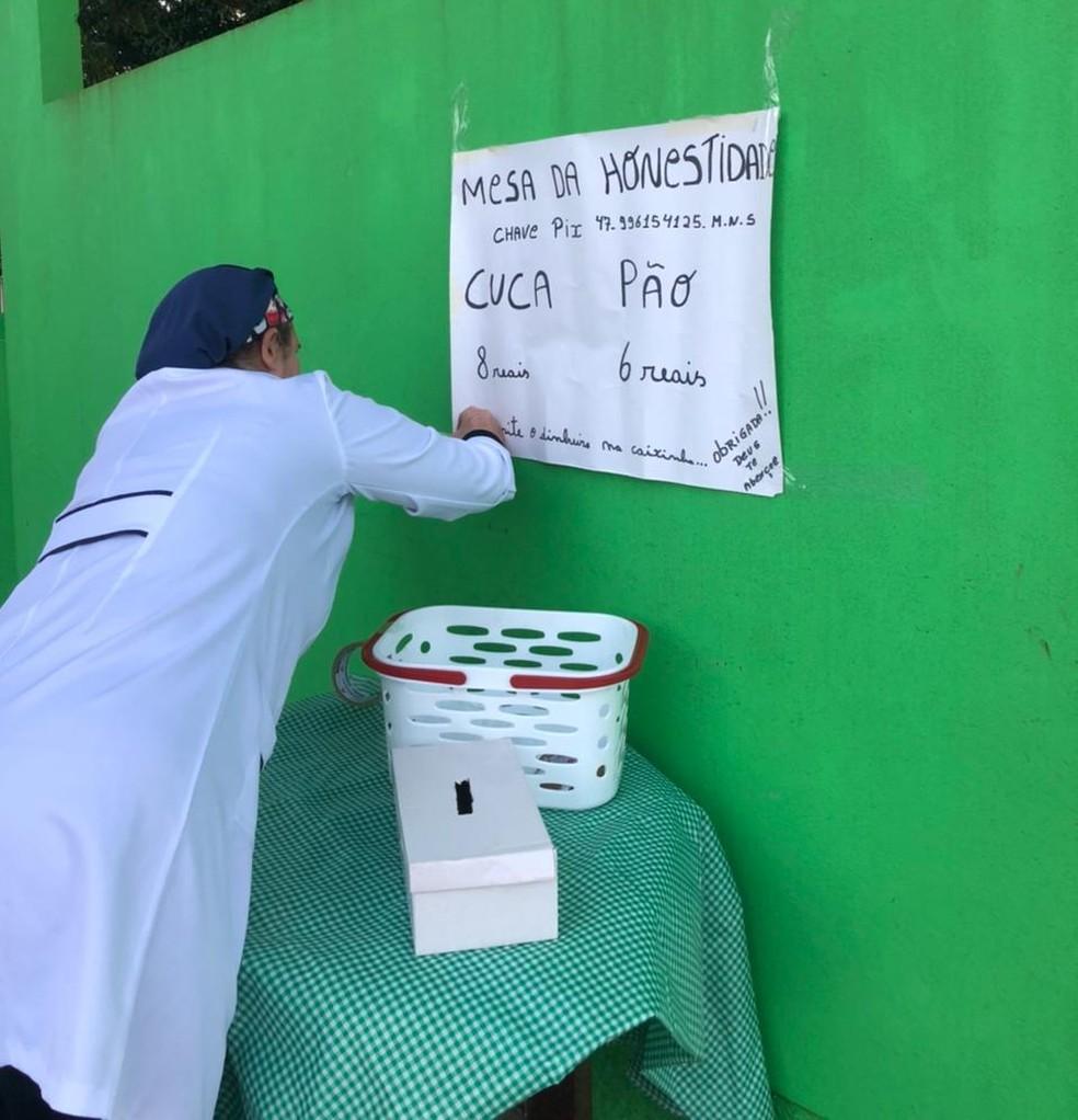 Venda dos pães e cucas auxilia a pedagoga nas contas do mês — Foto: Patricia Silveira/NSC TV
