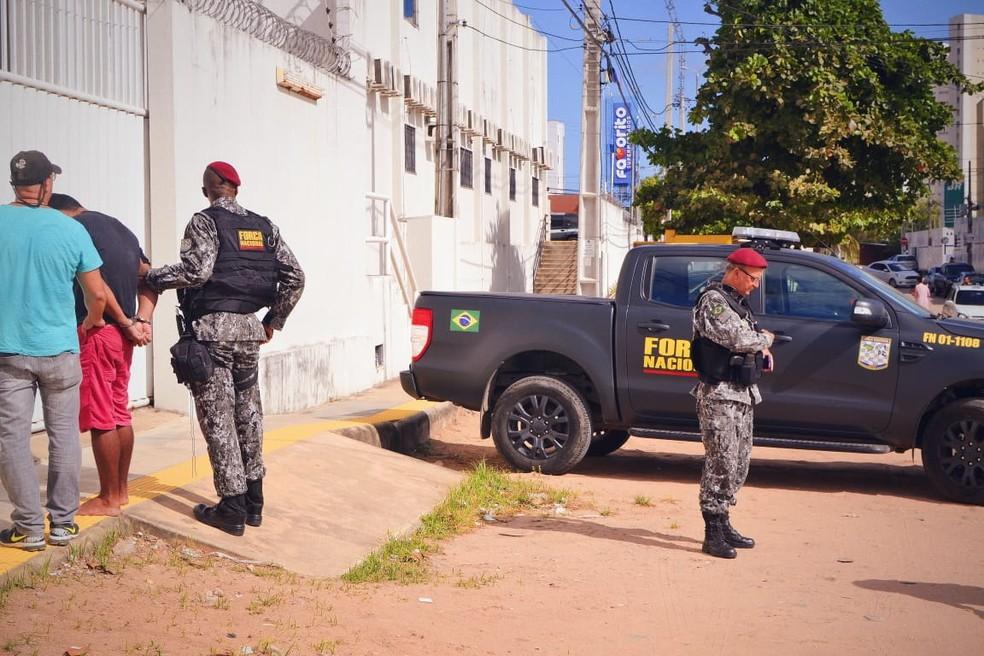 Suspeito foi preso na Praia de Ponta Negra e levado para a Delegacia de Capturas — Foto: Acson Freitas/Inter TV Cabugi