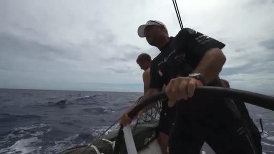 """Sem colete, velejador australiano cai na água, é resgatado, e assume: """"Fui um tolo"""""""