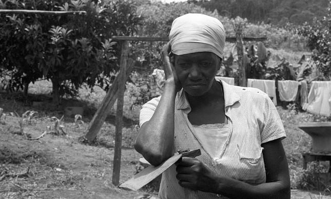 Carolina de Jesus na sua casa no distrito de Parelheiros, em 1969