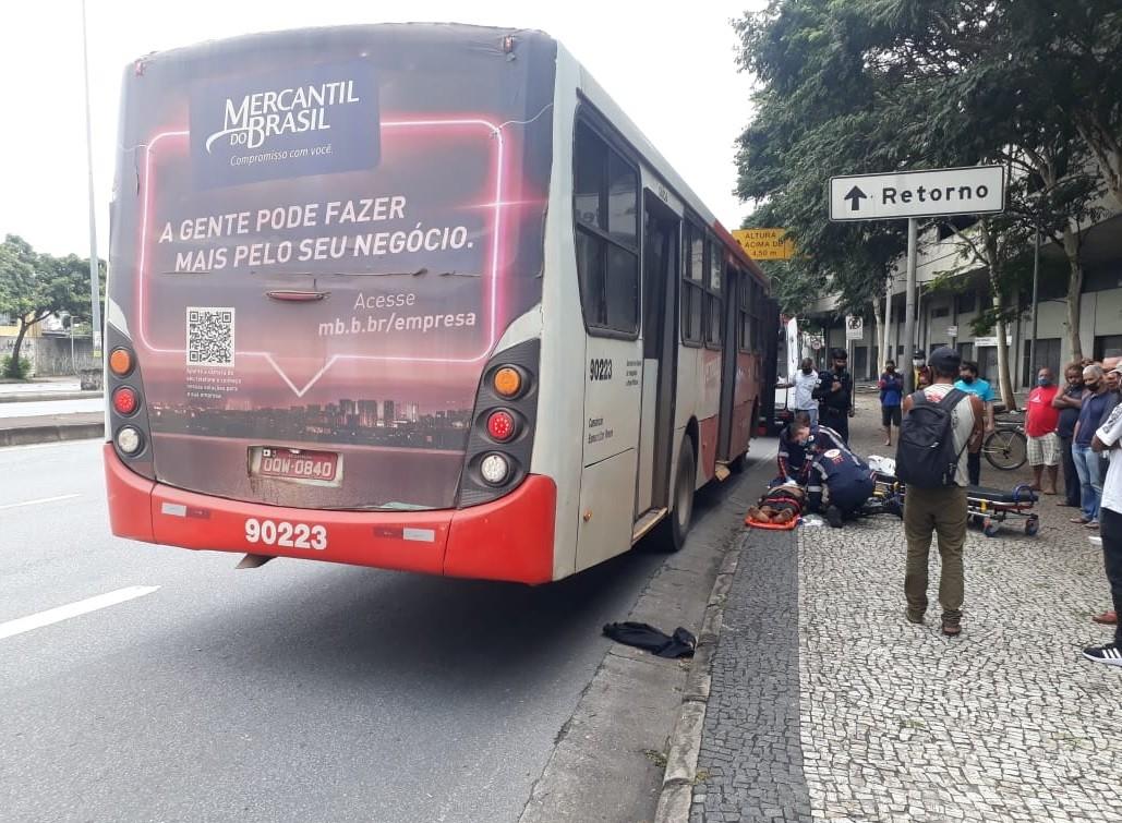 Pedestre morre após ser atropelado por ônibus na Avenida do Contorno, em Belo Horizonte