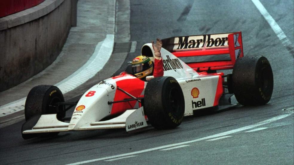 Senna na volta da consagração após vencer em Monte Carlo, em 1993 — Foto: Getty Images