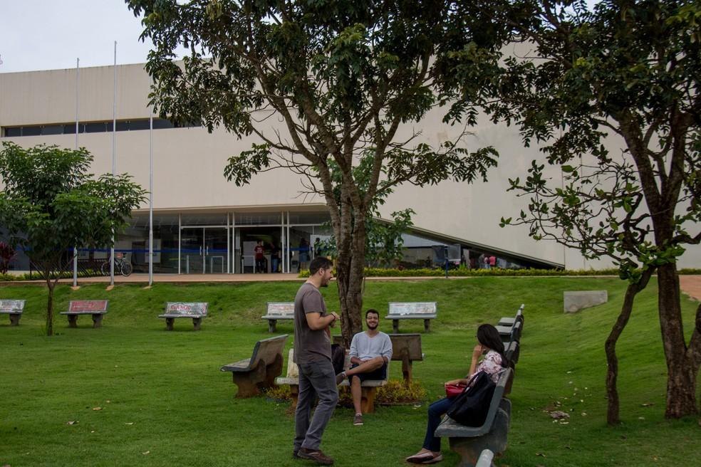 Alunos reunidos no campus Gama da Universidade de Brasília — Foto: Edu Lauton/Secom UnB