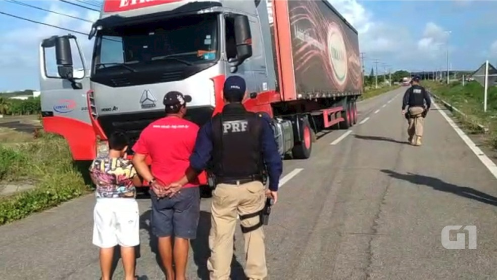 Menino de 9 anos é flagrado dirigindo carreta em BR no RN (Foto: Reprodução/PRF)