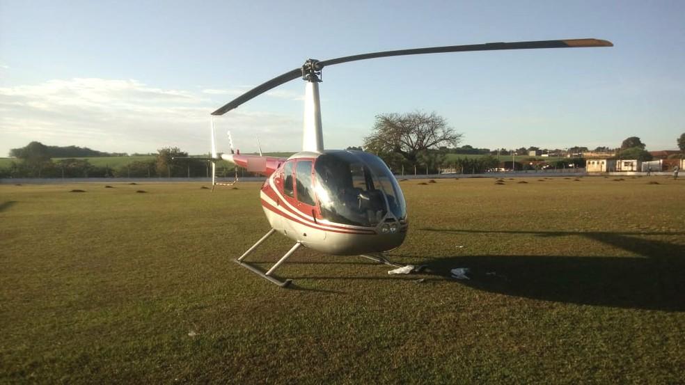 Helicóptero carregado com droga pousou em um campo de futebol em Cambará (Foto: Weverson Marquezani/TV Tem)