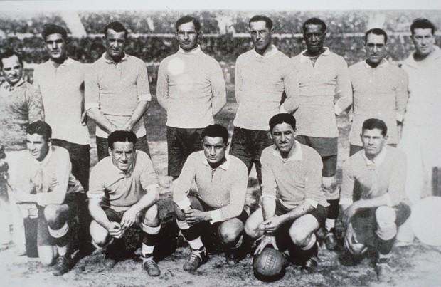 O time do Uruguai, campeão na Copa do Mundo de 1930 (Foto: HULTON PICTURE LIBRARY/ALLSPORT/Getty Images)