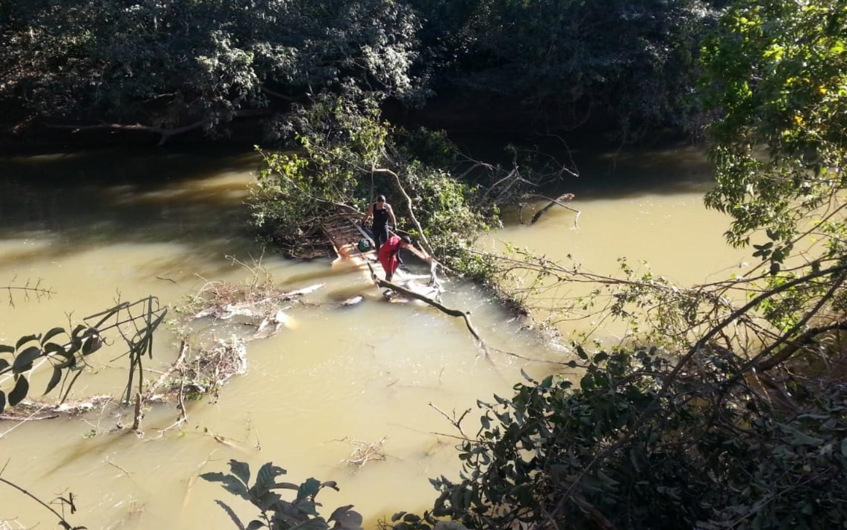 Motorista morre após caminhão cair da GO-010 em rio, em Luziânia