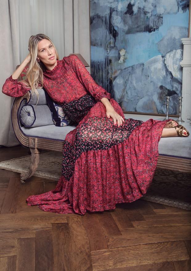 Em seu apartamento, em Milão, Raquel Diniz usa vestido Gloria do verão 2018 da grife que leva seu nome (Foto: Eder Turziani)