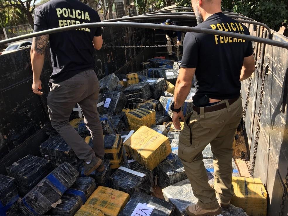 Policiais apreendem maconha que era transportada em caminhão, no MS (Foto: Divulgação/Polícia Federal)