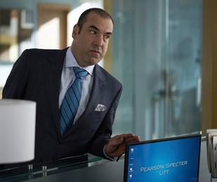 Rick Hoffman em 'Suits'   Reprodução