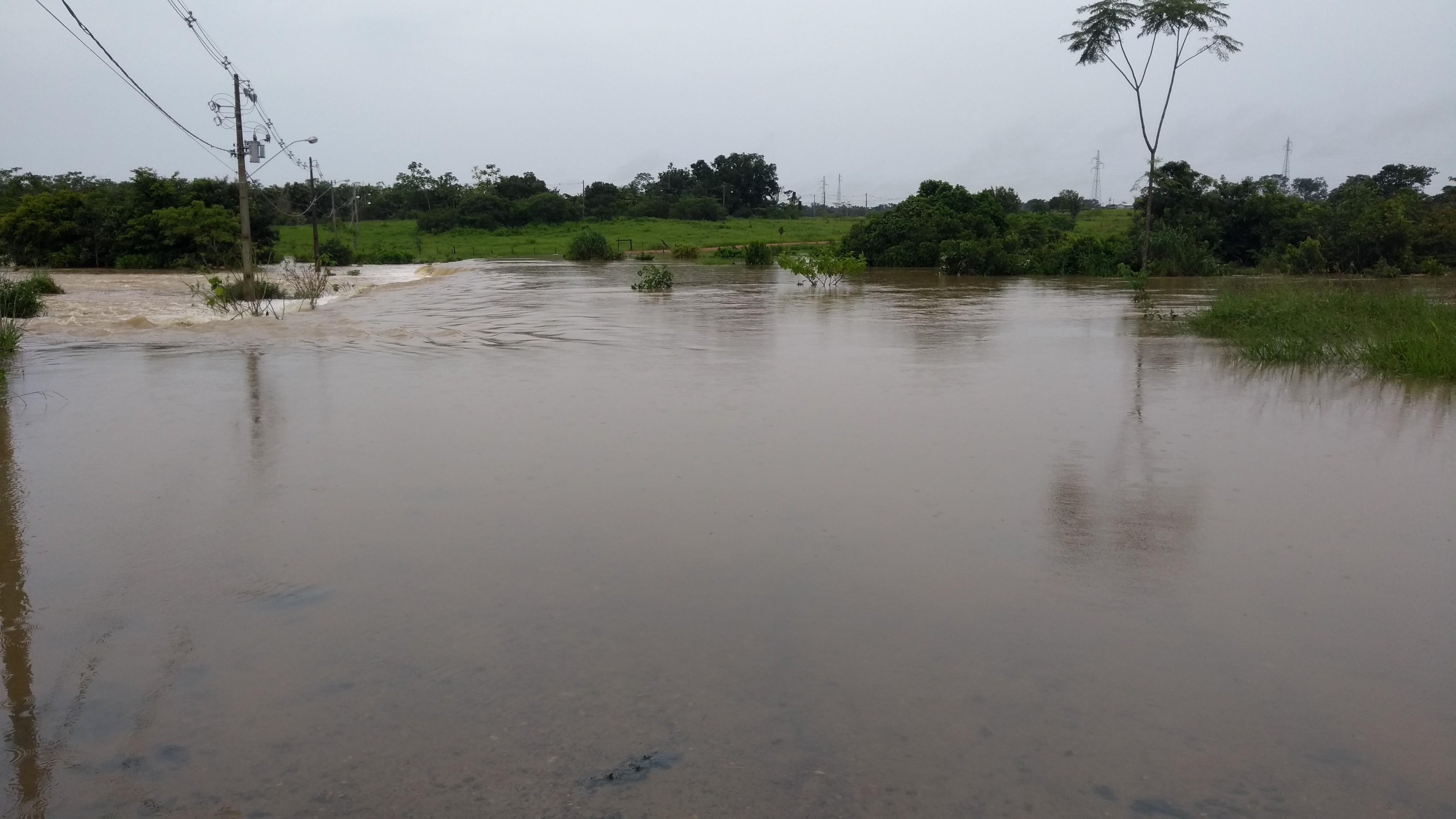 Chuva causa alagamento e fecha acesso ao parque tecnológico Valdeci Rack em Ji-Paraná, RO