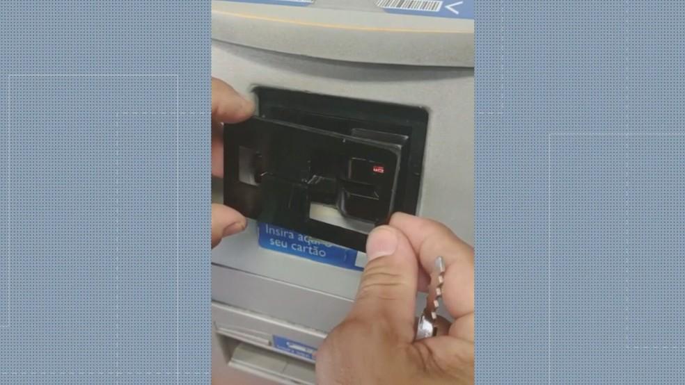 Agentes do programa Copacabana Presente encontraram aparelho para fraudar caixa eletrônico — Foto: Reprodução/ TV Globo