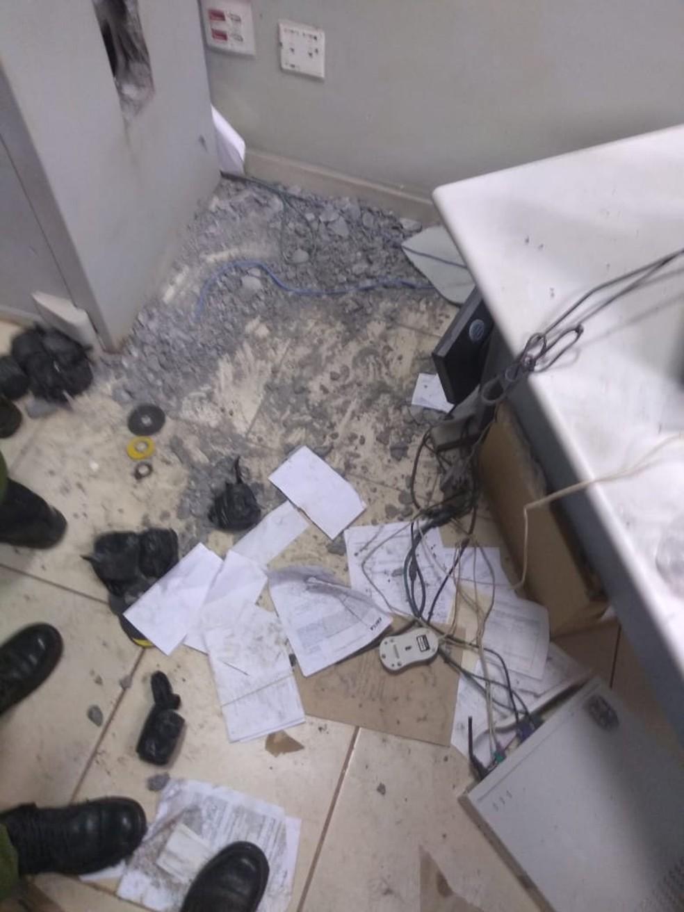 Com um maçarico, criminosos arrombaram o cofre da agência bancária.  — Foto: Divulgação/ Polícia Civil.