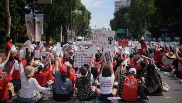 As manifestantes na Coreia do Sul afirmam que quem divulga material pornô gravado de forma escondida recebe punições muito leves (Foto: AFP/GETTY via BBC News Brasil)