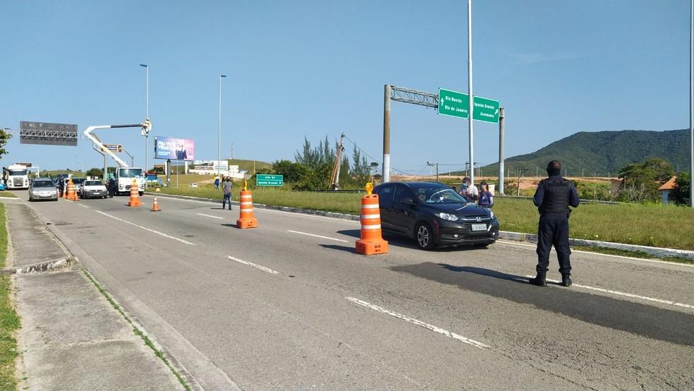 Barreira foi montada pouco depois da saída da RJ-124, na altura de São Pedro da Aldeia — Foto: Paulo Veiga/Inter TV