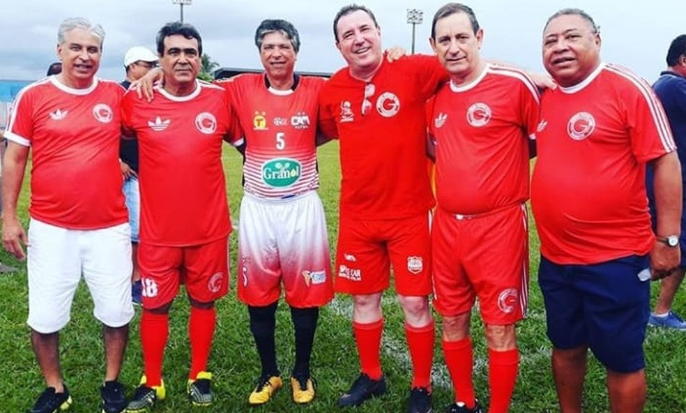 Flávio (2º da esq. p/ a dir.) depois seguiu a carreira de investigador e participou de encontros festivos com ex-atletas do Guarani de Adamantina, como na imagem — Foto: Cedida