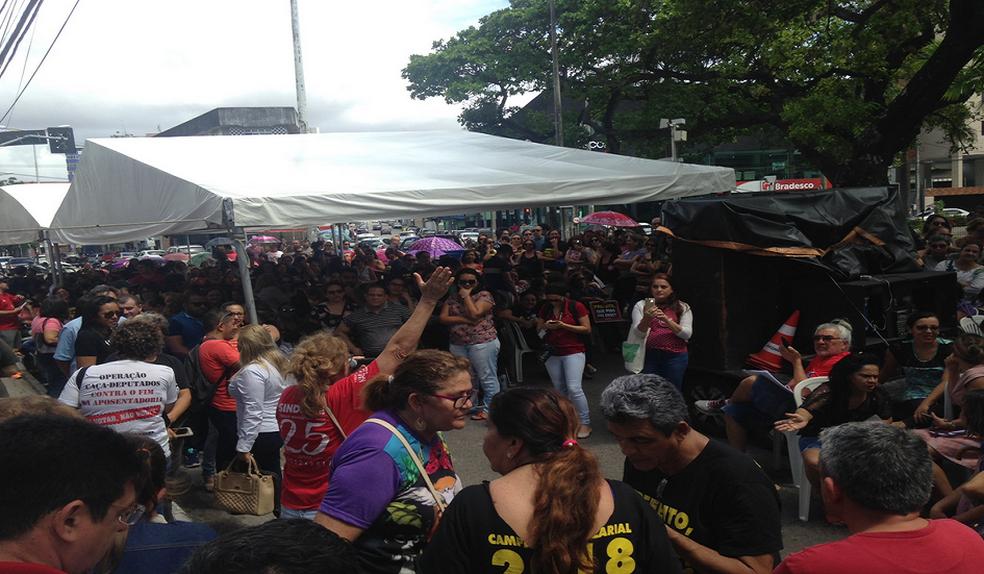 Protesto de professores fecha parte da Avenida Pontes Vieira com Desembargador Moreira em Fortaleza. (Foto: Valdir Almeida/G1 Ceará)