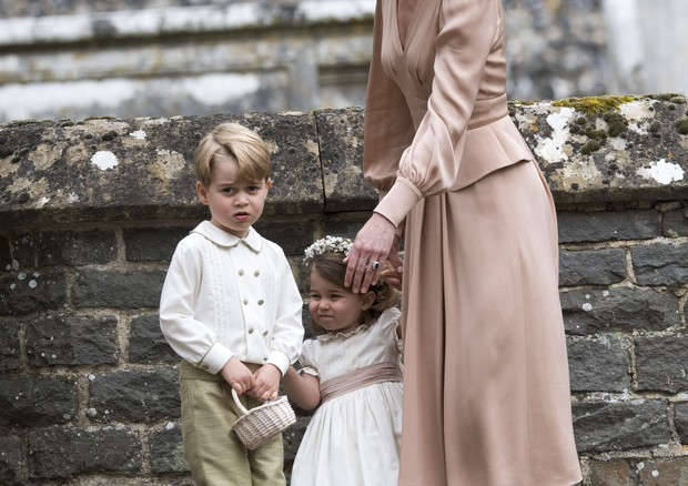 ENGLEFIELD GREEN, ENGLAND - MAY 20: Catherine, Duchess of Cambridge speaks to Princess Charlotte and Prince George after the wedding of Pippa Middleton and James Matthews at St Mark's Church on May 20, 2017 in in Englefield, England. (Photo by Arthur Edwa (Foto: Getty Images)