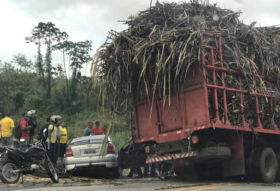 Acidente ocorreu entre um carro de passeio e um veículo de carga, segundo PRF (Foto: Reprodução/WhatsApp)
