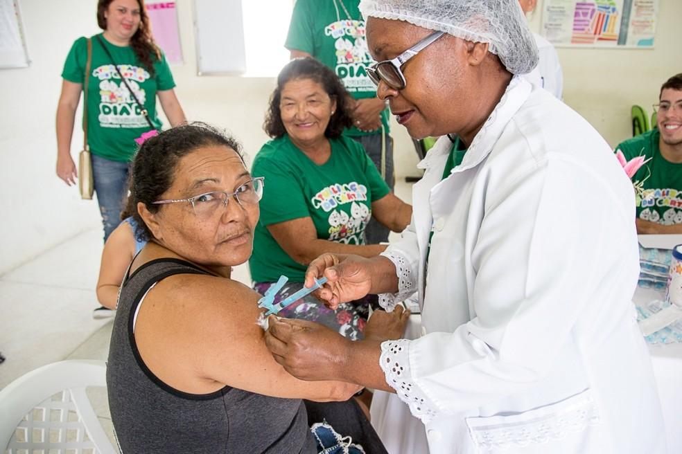 Idosa tomando a vacina da gripe em posto de Caruaru (Foto: Assessoria/Divulgação)
