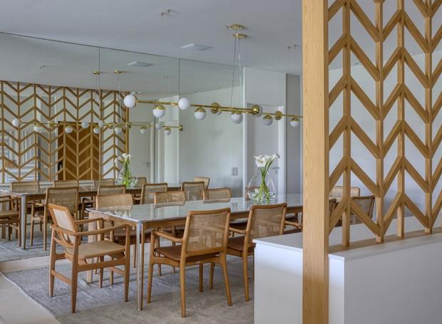 O cobogó de padrão chevron é desenho da arquiteta e serve para delimitar o novo hall de entrada do apartamento (Foto: MCA Estúdio/Divulgação/Produção: Núria Uliana)