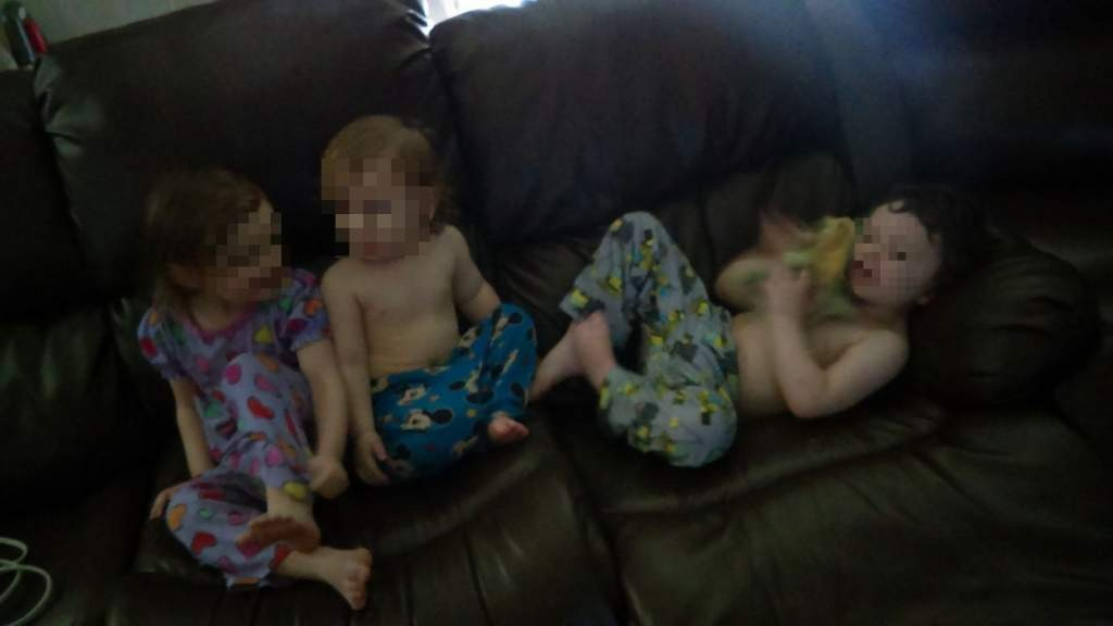 Três das crianças aparecem em um sofá (Foto: Reprodução Facebook)