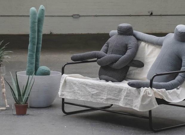 Almofadas em forma de humanos (Foto: Deezen/ Reprodução)