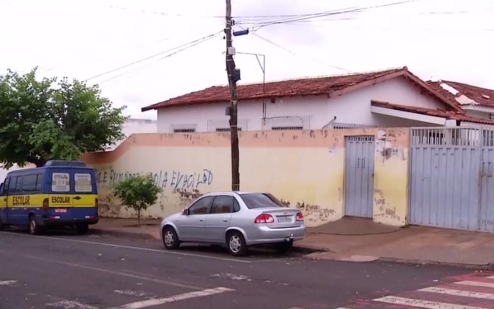 Meninas vítimas de abuso foram encontradas em frente a uma escola de Rio Verde — Foto: Reprodução/TV Anhanguera