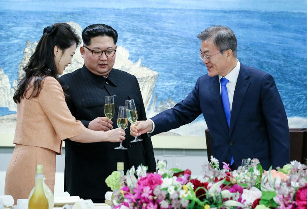 Líder norte-coreano, Kim Jong-un, a mulher dele, Ri Sol Ju, e presidente da Coreia do Sul, Moon Jae-in, brindam durante jantar que encerrou encontro histórico (Foto: Korea Summit Press Pool / AFP)