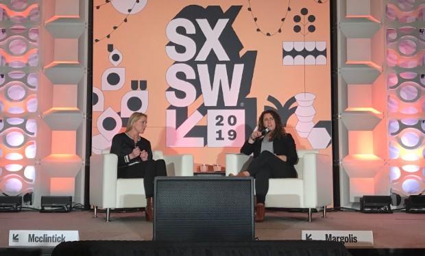Amy Margolis (à direita) é entrevistada por Amy McClintick no SXSW 2019 (Foto: Mariana Iwakura)
