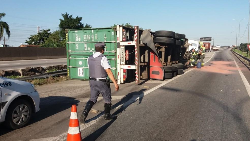 Carreta tombou no Km 56 da Pista Sul da Rodovia Anchieta, em Cubatão, SP, nesta segunda-feira (27) — Foto: G1 Santos
