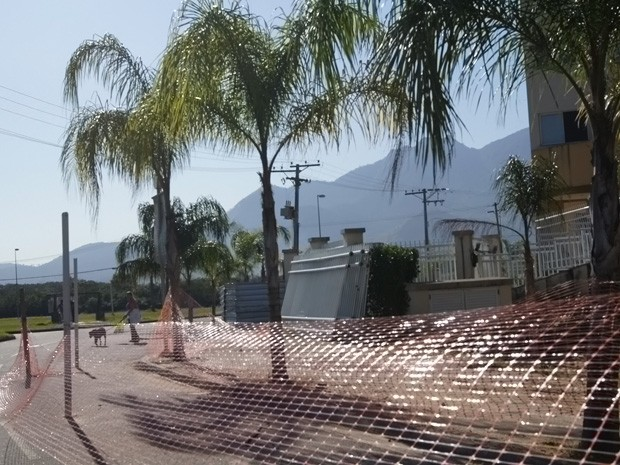 O G1 percorreu o entorno da Vila do Pan e observou grades soltas e ausência de calçadas em alguns trechos (Foto: Cristiane Cardoso / G1)