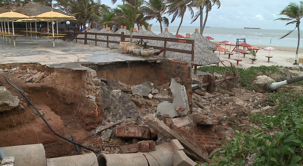 Chuva provoca erosão e destrói parte do calçadão da Avenida Litorânea, em São Luís — Foto: Reprodução/TV Mirante