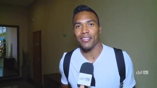 """Alex Sandro chega a Manaus com sorriso no rosto: """"É sempre um orgulho"""""""