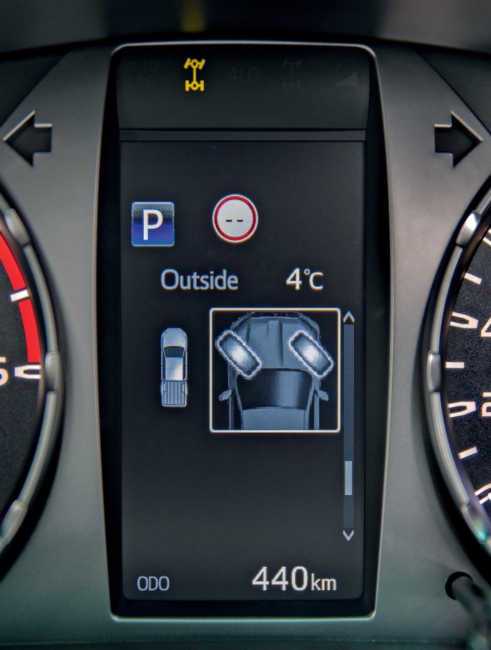 A nova tela no quadro de instrumentos pode indicar o ângulo das rodas dianteiras, recurso útil no off-road — Foto: Divulgação