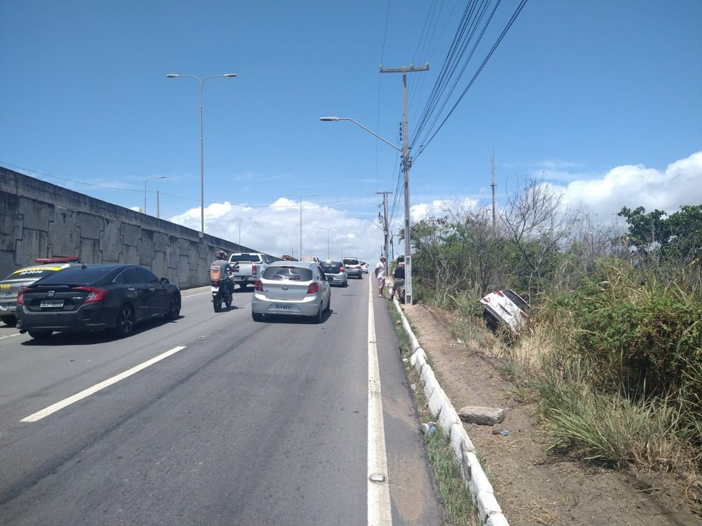 Carro sai da pista na subida da Ponte Divaldo Suruagy, na AL-101 Sul — Foto: BPRv