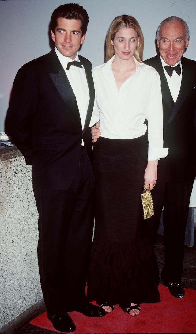 John John Kennedy e Carolyn Bessette-Kennedy em um gala em Nova York, em 1999. (Foto: Getty Images)