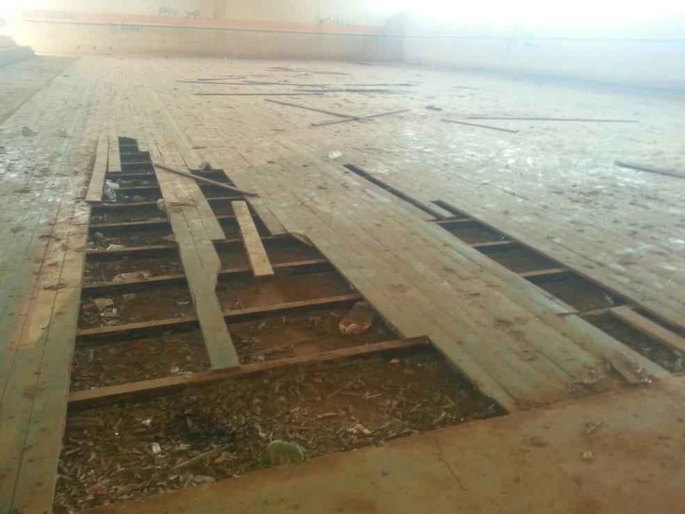 Estado do piso da Quadra Poliesportiva de Acrelândia demonstra situação de abandono do espaço (Foto: Luízio Oliveira/Rede Amazônica Acre)