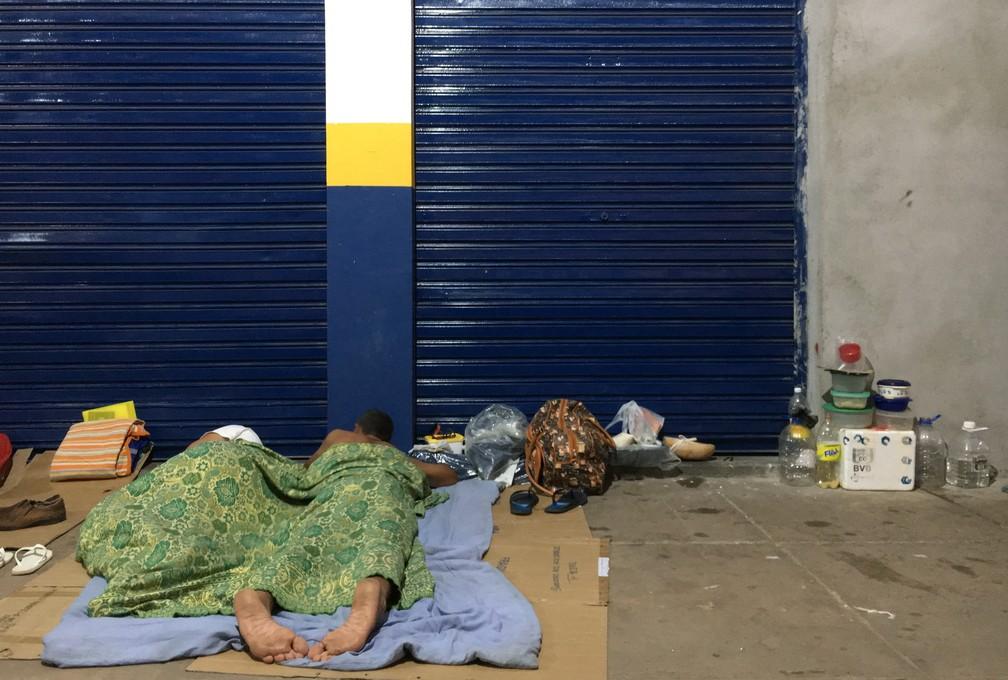 Imigrantes em situação de rua passam a noite sob papelões: 'o chão é duro, faz frio' (Foto: Emily Costa/G1 RR)