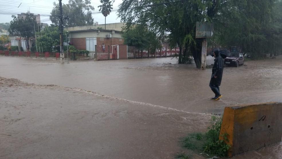 Ruas ficaram alagadas após chuvas registradas em Caruaru nesta sexta-feira (13) (Foto: Magno Wendel/TV Asa Branca)