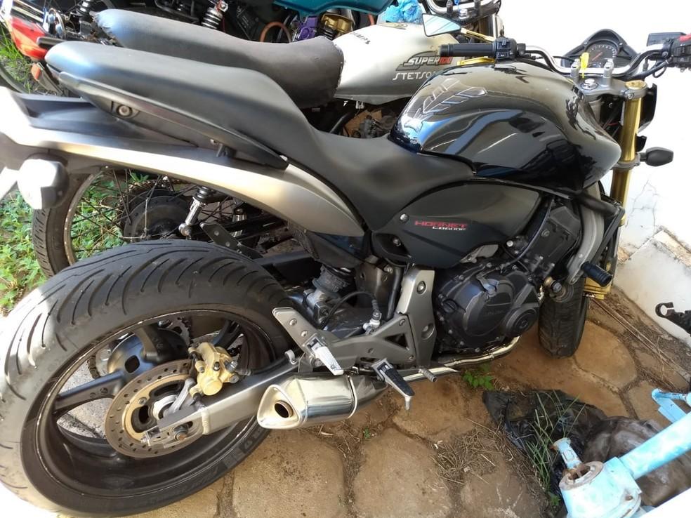 Carros de luxo e motocicletas foram apreendidos na operação — Foto: Stephanie Fonseca/G1