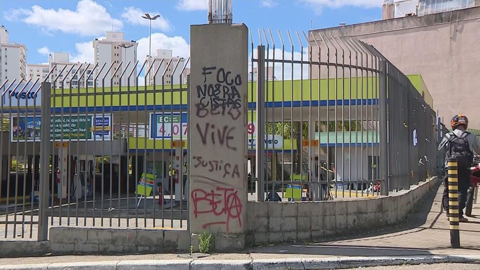 Pichações em frente ao mercado onde Beto foi morto em Porto Alegre  — Foto: Reprodução / RBS TV