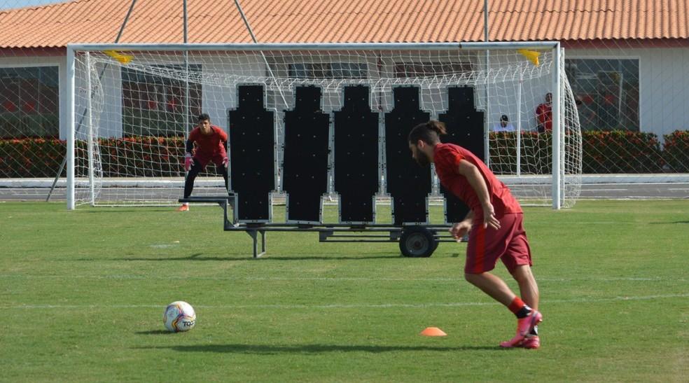 Diego Torres durante treino no Ninho do Galo — Foto: Maxwell Oliveira/ASCOM CRB