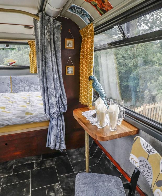 Uma cama de casal compõe o quarto do segundo andar (Foto: Sykes Holiday Cottages/ Reprodução)