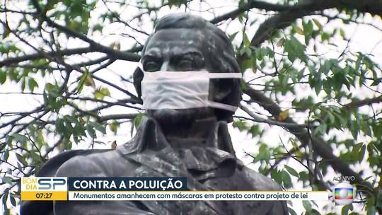 Monumentos ganham máscaras em ato por frota de ônibus limpa em SP