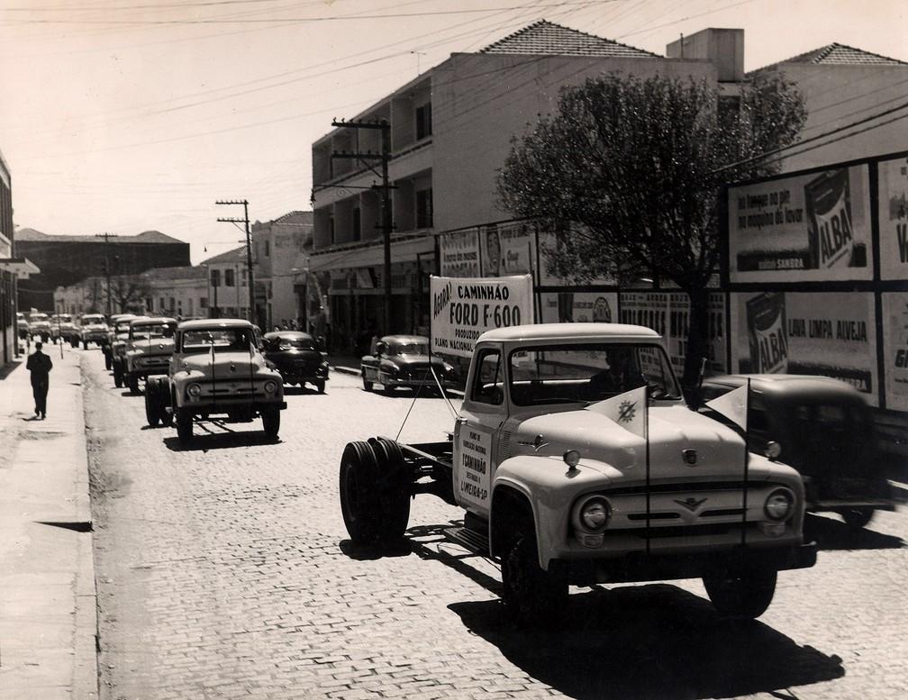 Caminhões F-600 da Ford Motors do Brasil, produzidos na fábrica do Ipiranga, Zona Sul de São Paulo, no Plano de Fabricação Nacional da empresa, com destino a Limeira, no interior de SP. Foto de setembro de 1957 — Foto: Estadão Conteúdo/Arquivo