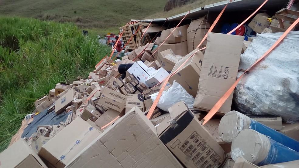 Carreta que tombou estava carregada com materiais diversos  — Foto: Paulo Roberto da Rádio/Aquivo pessoal
