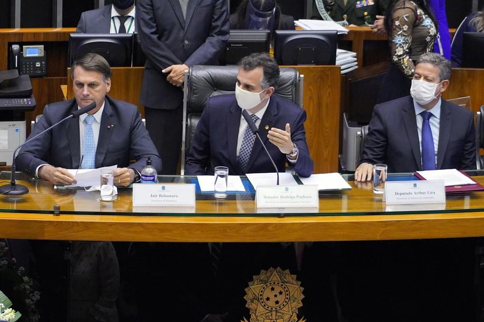 O presidente Jair Bolsonaro (esq.), ao lado do presidente do Senado e do Congresso, Rodrigo Pacheco (centro) e do presidente da Câmara, Arthur Lira, na sessão de abertura do ano legislativo — Foto: Pablo Valadares / Câmara dos Deputados