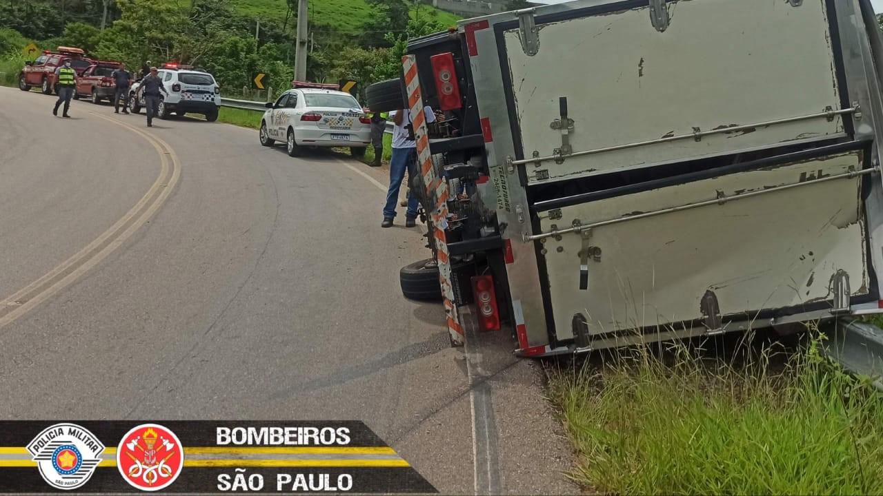 Caminhão tomba em curva e deixa um ferido em Jambeiro, SP